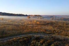 встреча поля утра с туманом и солнцем стоковые изображения rf