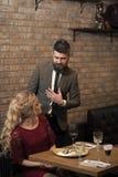 Встреча, предложение и годовщина День валентинок с сексуальной женщиной и бородатым человеком Пары в встрече влюбленности на рест Стоковое Изображение RF