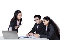 Встреча предпринимателя с ее коллегами Стоковые Фото
