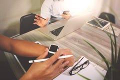 встреча представления дела на таблице офиса с умным вахтой a Стоковое Фото