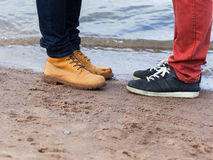 Встреча 2 друзей на пляже Стоковые Изображения