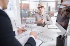 Встреча 2 специалистов по маркетингу в офисе Стоковые Фото