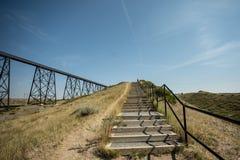 Встреча тропы случая железнодорожного моста и лестницы на горизонте стоковая фотография