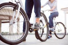 Встреча человека и женщины на велосипедах Стоковые Изображения