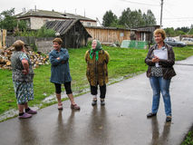Встреча членов администрации с резидентами многоквартирных домов в области Смоленска России стоковое изображение