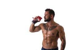 Встряхивание протеина мышечного без рубашки мужского культуриста выпивая от blender Стоковое Изображение RF