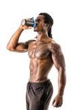 Встряхивание протеина мышечного без рубашки черного мужского культуриста выпивая от blender Стоковые Изображения