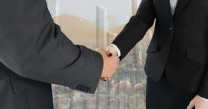 Встряхивание руки между бизнесменами 4k акции видеоматериалы