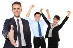Встряхивание руки молодого бизнесмена предлагая стоковое фото