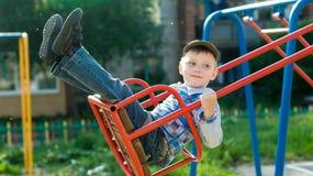 Встряхивания ребенка на качании стоковая фотография rf