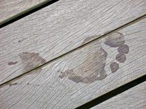 всходит на борт деревянного пристани следа ноги влажное Стоковое Фото