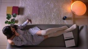 Всход крупного плана верхний молодого привлекательного женского подростка имея видео- звонок по телефону жизнерадостно говоря уса акции видеоматериалы