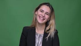 Всход крупного плана женщины молодого привлекательного хипстера кавказской усмехаясь жизнерадостно был счастливый и возбужденный  видеоматериал