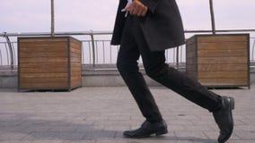 Всход крупного плана молодого жизнерадостного привлекательного Афро-американского бизнесмена выполняя moonwalk на улице в городск акции видеоматериалы