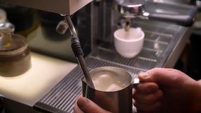 Всход крупного плана рук barista кипя молоко в серебряном кувшине используя раковину 3-отсека в кафе внутри помещения акции видеоматериалы