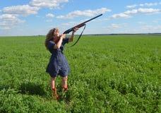 Всход, оружие, зона, край, лето, поле, голубое платье, красные ботинки, девушка, женщина, звероловство, природа, оружие, винтовка бесплатная иллюстрация