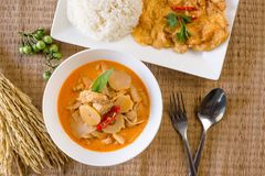 Всход очень вкусного красного цыпленка карри бамбуковый с омлетом и сваренным рисом, тайским стилем еды стоковые фото