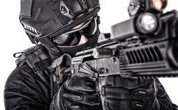 Всход студии крупного плана бойца сил специального назначения полиции стоковые изображения rf