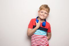 Всход студии ребенк используя музыку наушников слушая r стоковые изображения