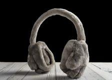 Всход студии серых пушистых халяв уха меха на белом деревянном столе стоковое фото rf