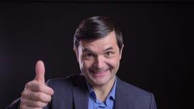 Всход Cloesup здравствуйте и усмехаться взрослого привлекательного кавказского человека развевая жизнерадостно пока смотрящ прямо видеоматериал