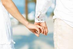 Всход концепции влюбленности человека и женщины: 2 руки над waterfron Стоковая Фотография RF