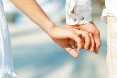Всход концепции приятельства и влюбленности человека и женщины Стоковое Изображение