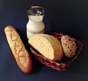 всход молока хлеба близкий стеклянный вверх стоковые изображения rf