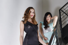 2 красивейших женщины на лестнице Стоковые Изображения RF