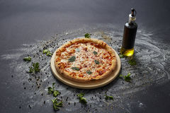 Вся итальянская очень вкусная свежая пицца с томатом и pepperoni на темной предпосылке Пицца на черной таблице с ингридиентами Стоковые Фотографии RF