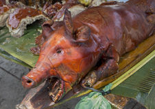 Вся свинья испеченная с кудрявой кожей Очень вкусное мясо свинины для обеда Сваренное lechon Стоковая Фотография RF