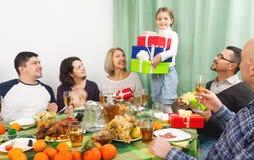 Вся семья празднуя день рождения девушки Стоковая Фотография RF