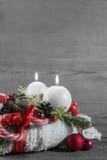 Второе пришествие: 2 красных горящих свечи на деревянном затрапезном backgrou Стоковое Изображение RF