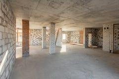 Второй пол чердака дома тщательный осмотр и реконструкция Работая процесс греть внутри части крыши Дом стоковые фото