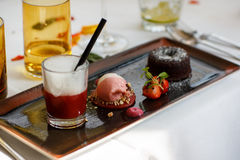 Втройне десерт с шоколадом и клубника на свадьбе ставят se на обсуждение стоковая фотография