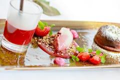 Втройне десерт с шоколадом и клубника на свадьбе ставят se на обсуждение стоковая фотография rf