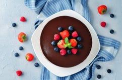 Втройне торт мусса шоколада украшенный с свежими ягодами Стоковые Фотографии RF
