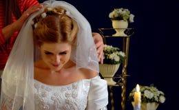 Вуаль clothers свадьбы которую невеста пробует дальше стоковые фото