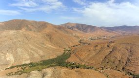 Вулканическая местность, зеленая долина оазиса, дороги горы, Канарские острова, Фуэртевентура Стоковое фото RF