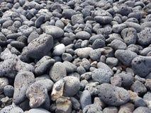 Вулканические породы округленные aleaje моря на пляже в Лансароте, Испании стоковые фото