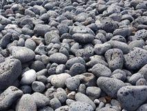 Вулканические породы округленные aleaje моря на пляже в Лансароте, Испании стоковые изображения