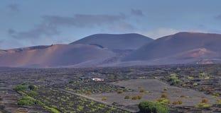 Вулканический ландшафт на национальном парке Timanfaya на острове Лансароте стоковые изображения rf