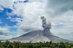 Вулканическое извержение, мощный взрыв vulcano Стоковые Изображения