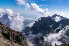 Вулканическое образование облака adn ландшафта на Roque de los Muchachos на Ла Palma, Канарских островах стоковые изображения