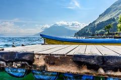 Вулкан, шлюпки & мола, озеро Atitlan, Гватемала стоковое изображение