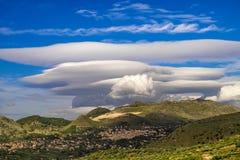 Вулкан Этна покрыл lenticolar облаком, Сицилией стоковое фото