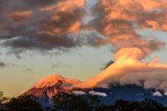 Вулкан Fuego & вулкан Acatenango на зоре, Антигуа, Гватемала Стоковая Фотография RF