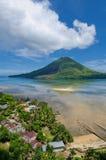 Вулкан Gunung Api, острова Banda, Индонесия Стоковые Изображения