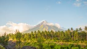 Вулкан Mayon в Legazpi, Филиппинах Вулкан Mayon действующий вулкан и поднимать 2462 метра от берегов  Стоковое фото RF