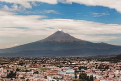 Вулкан Popocatepetl и взгляд городка Cholula в Пуэбла Мексике стоковые изображения rf